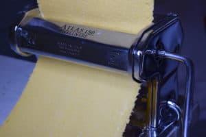 Kürbispasta – in der Pastamaschine – Foto: Nicole Stroschein