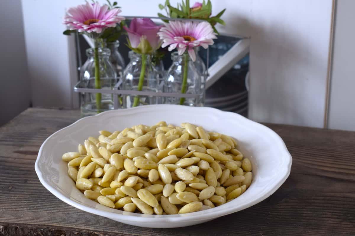 Mandelmilch schmeckt am Besten, wenn sie aus blanchierten Mandeln gemacht wird – Foto: Nicole Stroschein