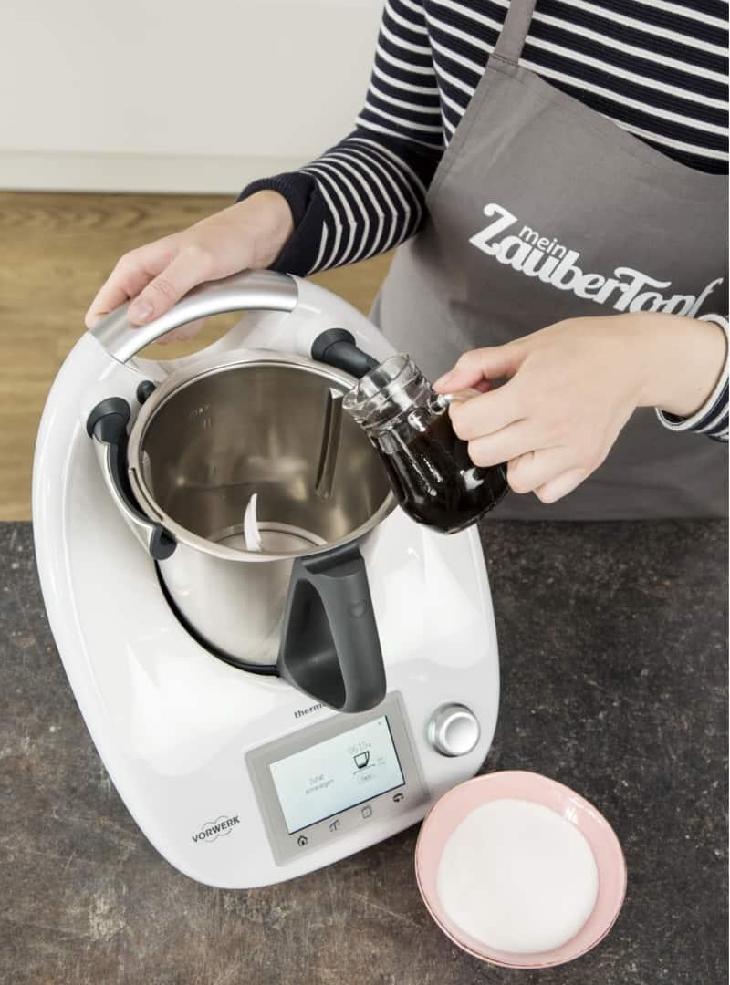 Zuckerrohrmelasse in den Mixtopf geben - Foto: Anna Gieseler