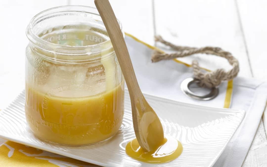 Hier ist ein Honigglas zu sehen