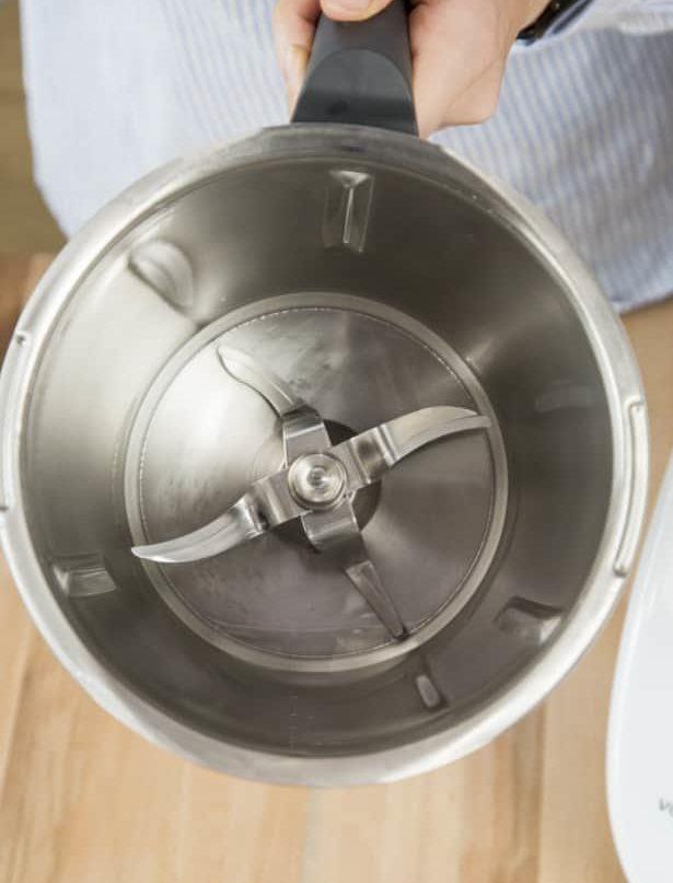 Blick in den Mixtopf auf das Messer des Thermomix® – Foto: Kathrin Knoll