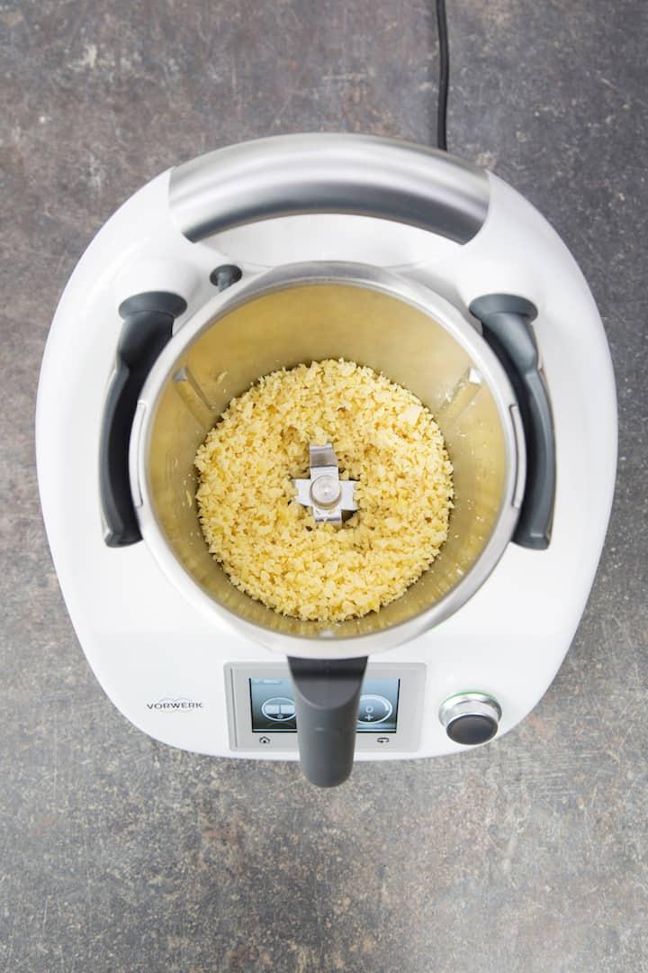 Käse im Mixtopf zerkleinern – Foto: Anna Gieseler