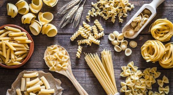 Selbstgemachte Pasta, verschiedene Sorten auf einem Holztisch, mit dem Thermomix® – Foto: gettyimages / fcafotodigital