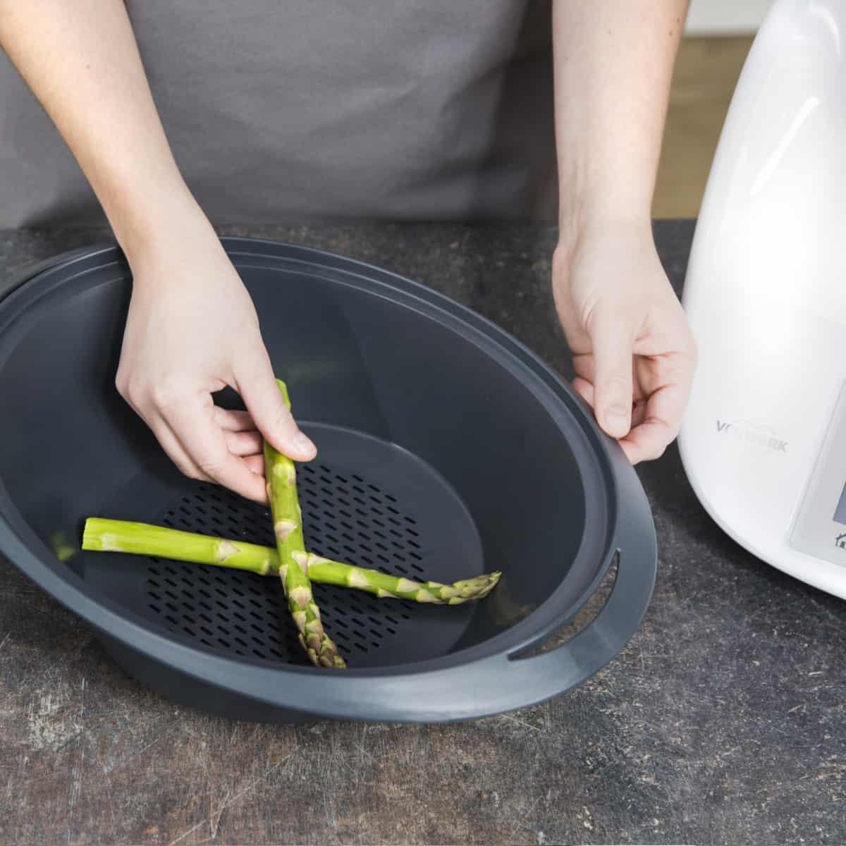Spargel im Varoma® zubereiten - Foto: Kathrin Knoll