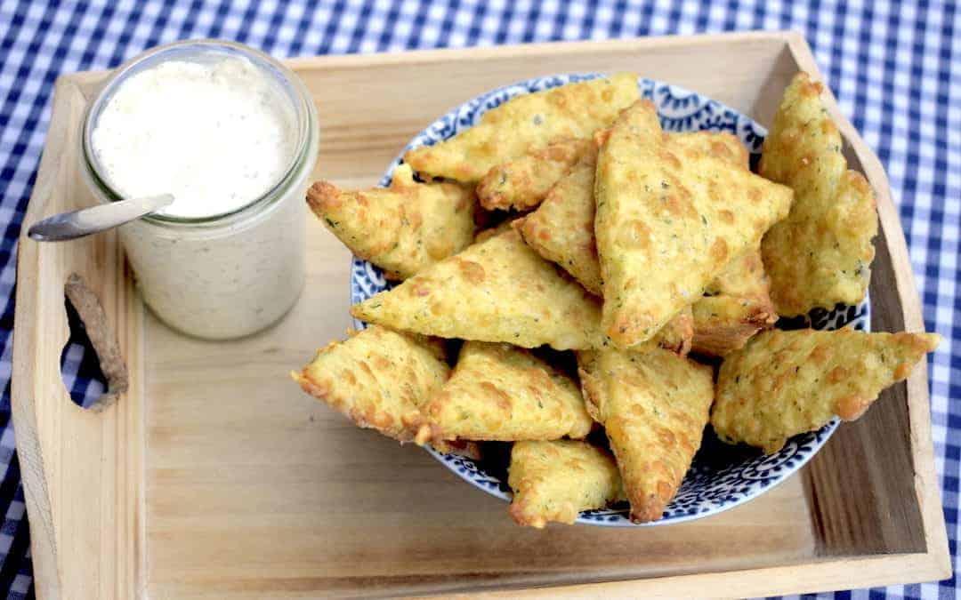 Veggie Cracker mit cremigem Käsedip