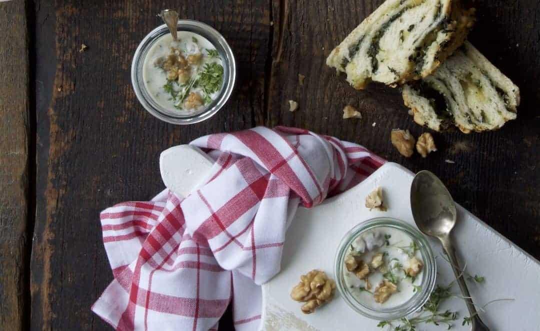 Walnuss-Dip mit Kresse und Joghurt