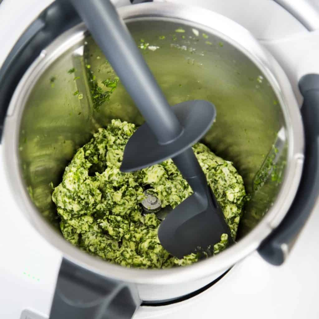 Kräuter zerkleinert mit dem Thermomix® - Foto: Kathrin Knoll
