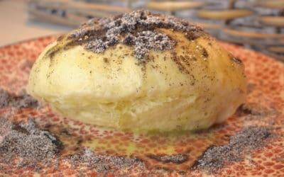 Klassische Germknödel mit Butter und Mohn
