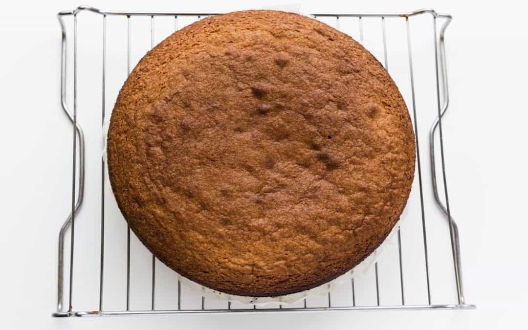 Ein Kuchen liegt auf dem Abkühlgitter.