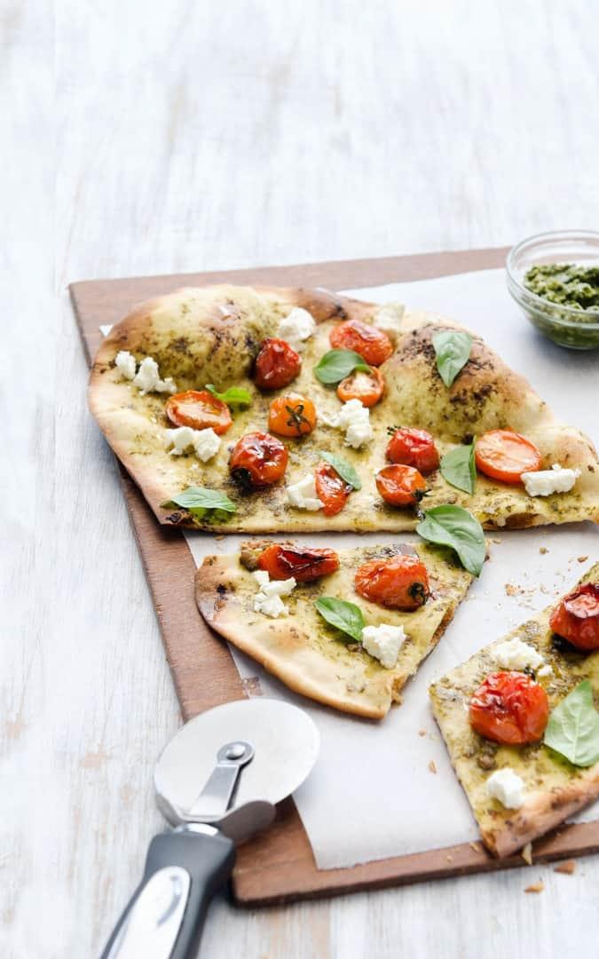 Dünne Pestopizza mit gebackenen Tomaten - Foto: Shutterstock