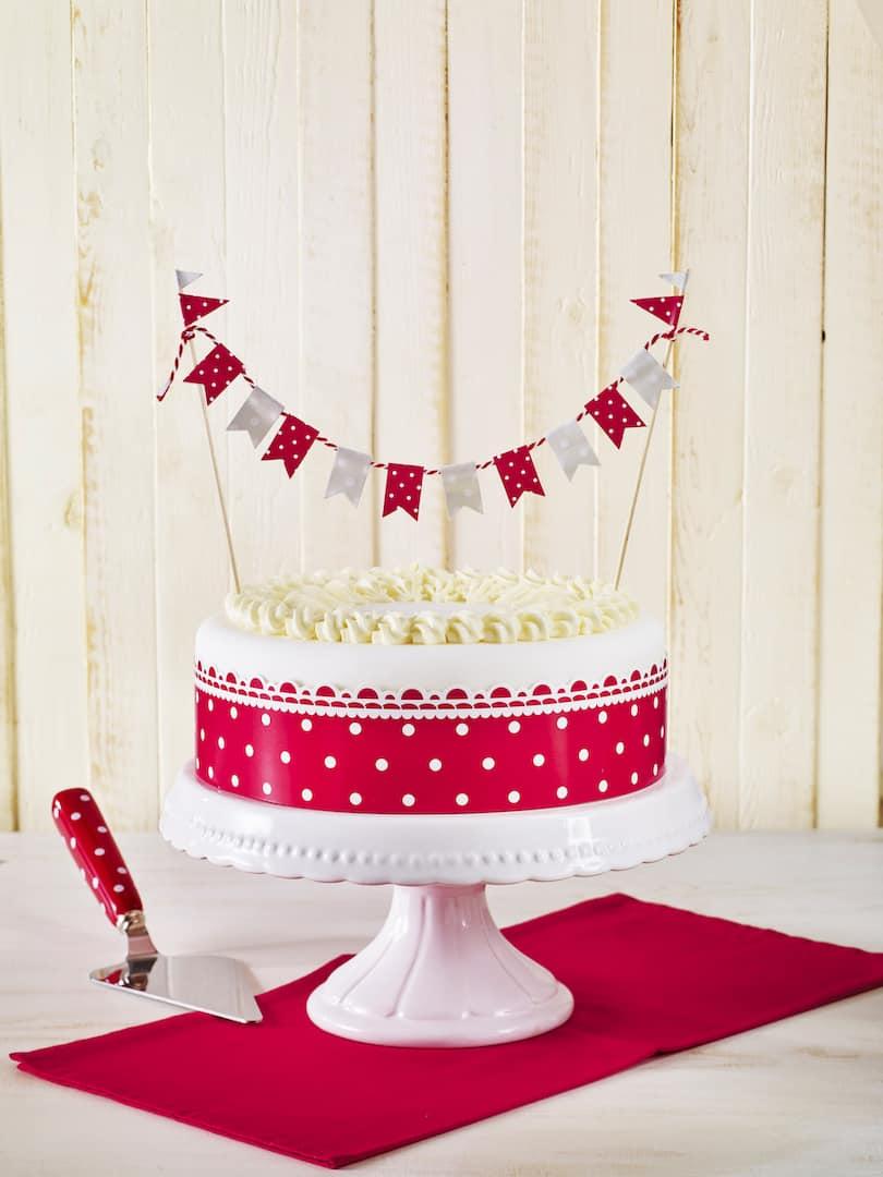 Ihr möchtet eure Torte auf dem Kuchenbuffet hervorstechen lassen? Eine elegante Banderole sowie die filigrane Wimpelgirlande samt Holzsticks krönen eure Sahnetorte im Handumdrehen zur Königin der Kaffeetafel! Deko-Set ca. 8 Euro, www.birkmann.de