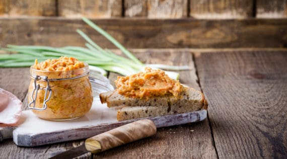 Veganer Brotaufstrich mit Cashew-Kernen aus dem Thermomix® – Foto: gettyimages/ istetiana