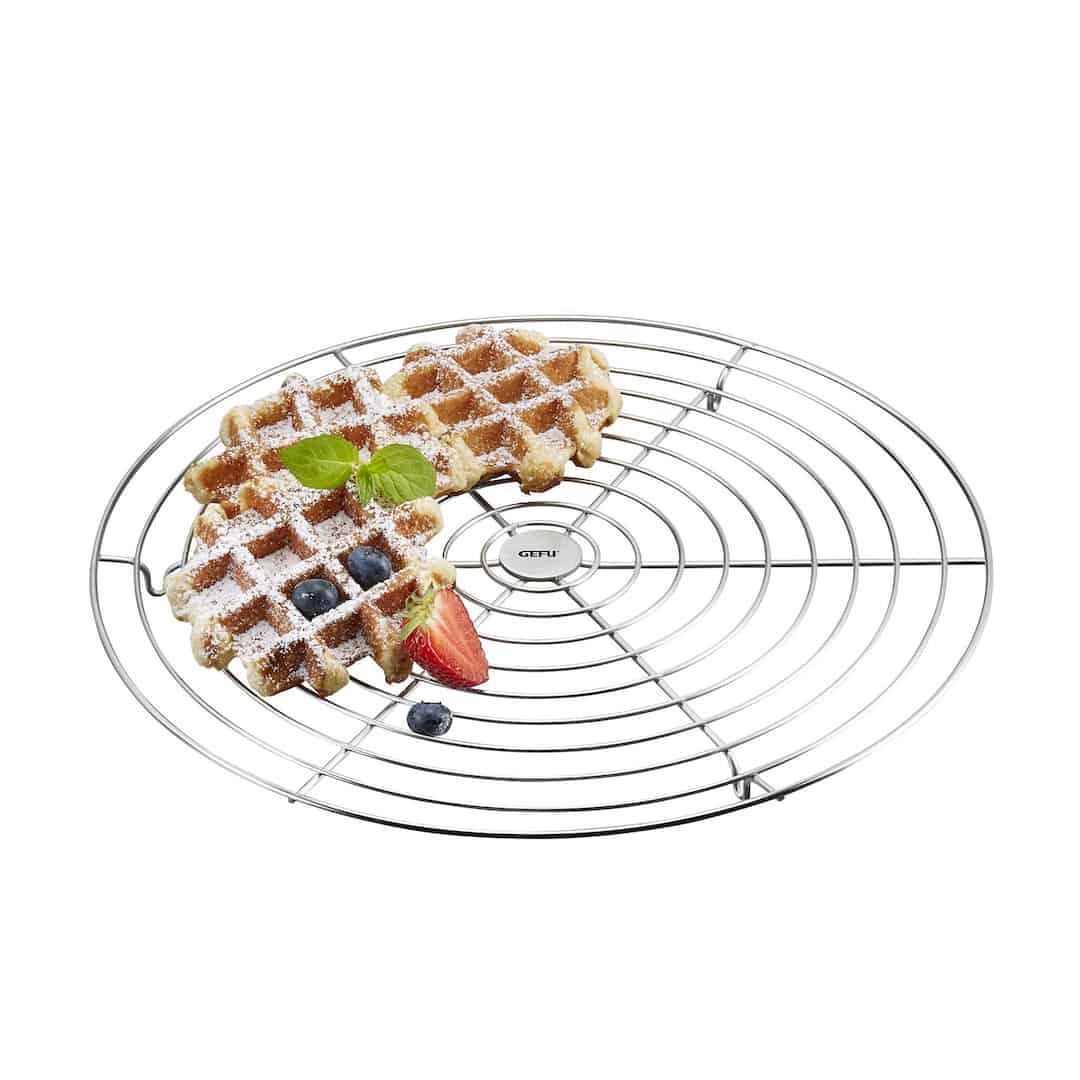 In der Backstube ist der Kuchenauskühler ein Must-have. Beim Abkühlen von Tortenböden aber auch von Brötchen und Broten verkürzt er die Wartezeit. Und: Beim Verzieren eurer Prachtstücke mit schönen Glasuren leistet er ebenfalls tolle Hilfe! Ca. 15 Euro, www.gefu.com