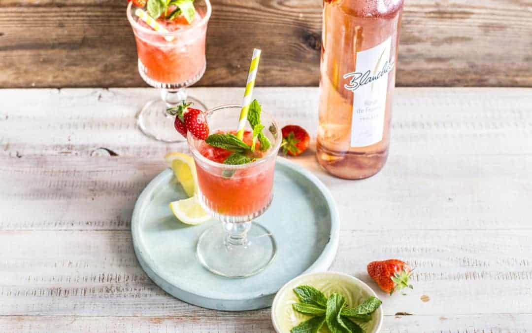 Wein-Slushie mit Erdbeeren und frischer Minze