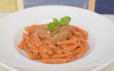 Linsen-Pasta mit Avocado-Tomaten-Pesto