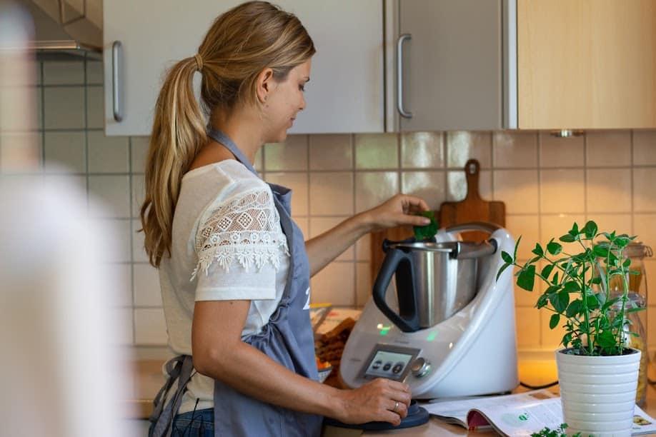 Vany zaubert den Kichererbsen-Salat - Foto: Svenja Döbert