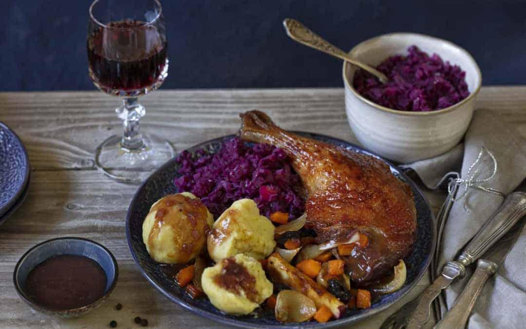 Ente mit Rotkohl, Klößen & Rotweinsoße