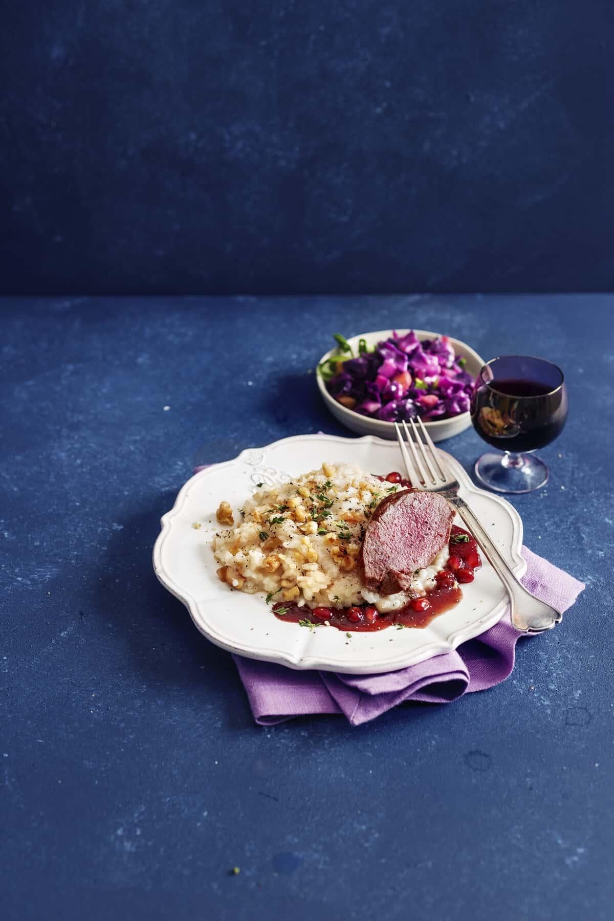 Rehrücken mit Granatapfelsoße auf Walnussrisotto aus dem Thermomix® – Foto: Frauke Antholz