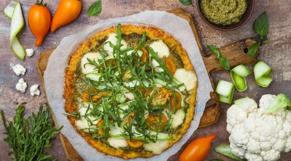 Blumenkohlpizza mit Gemüse aus dem Thermomix® – Foto: Gettyimages