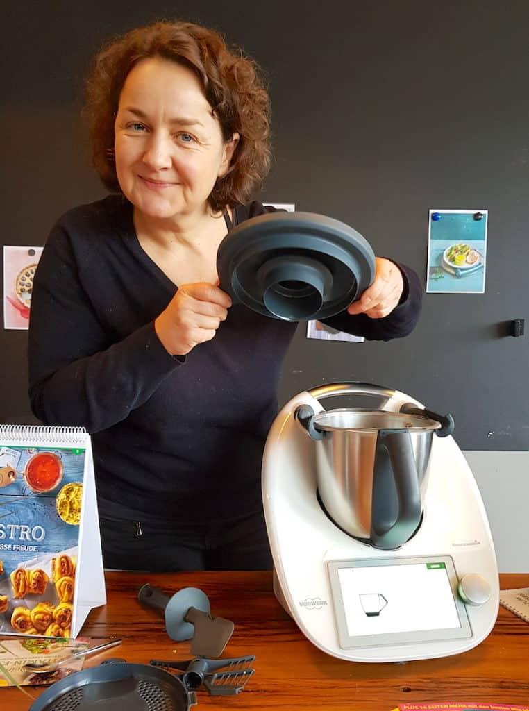 So praktisch: Der neue Messbecher hält von allein im Mixtopfdeckel – Foto: Vivien Windel