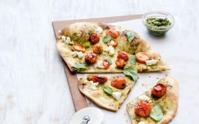 Dünne Pestopizza mit gebackenen Tomaten