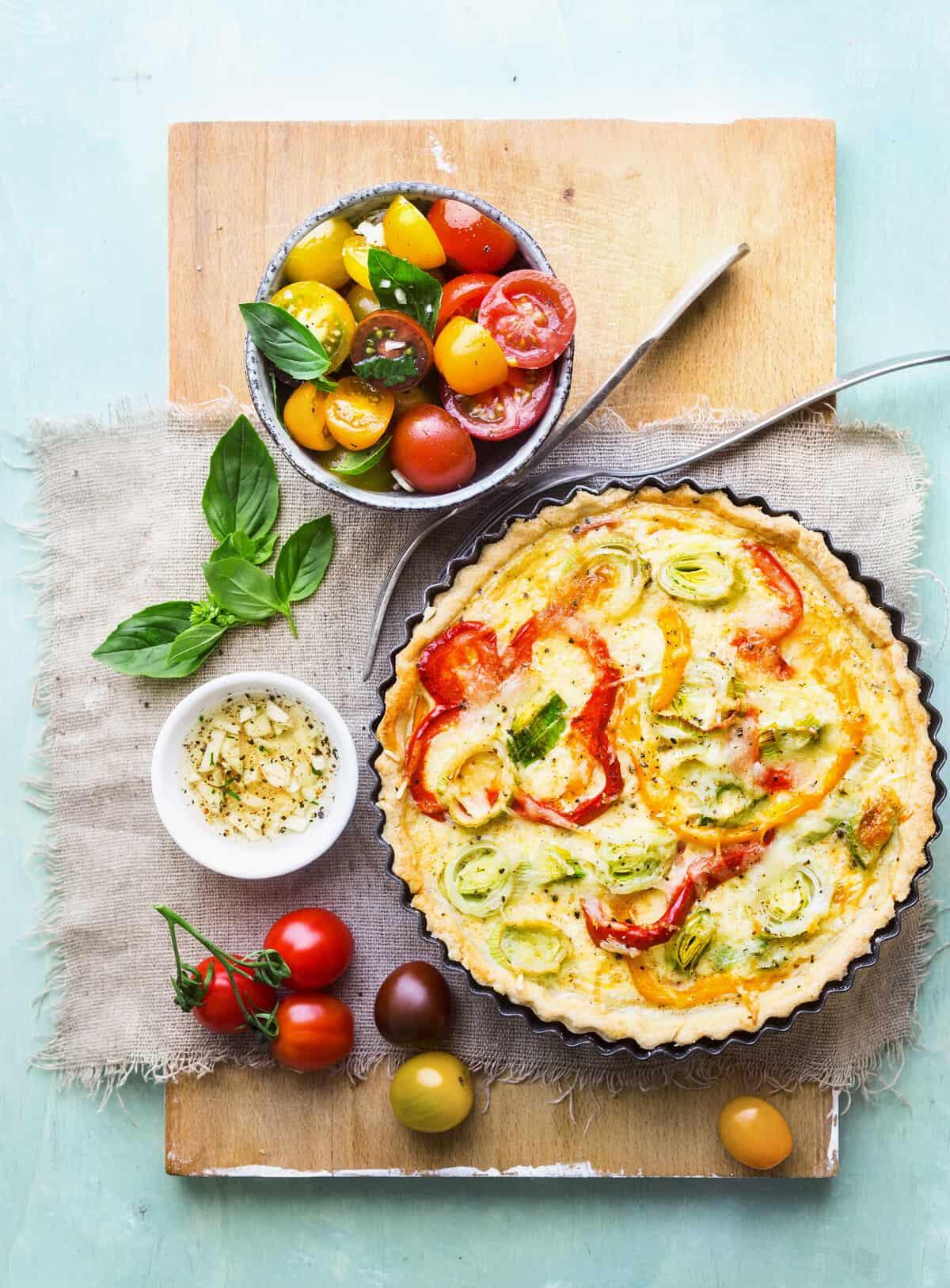 Gemüse-Tarte mit Salat aus dem Thermomix® –Foto: Ira Leoni