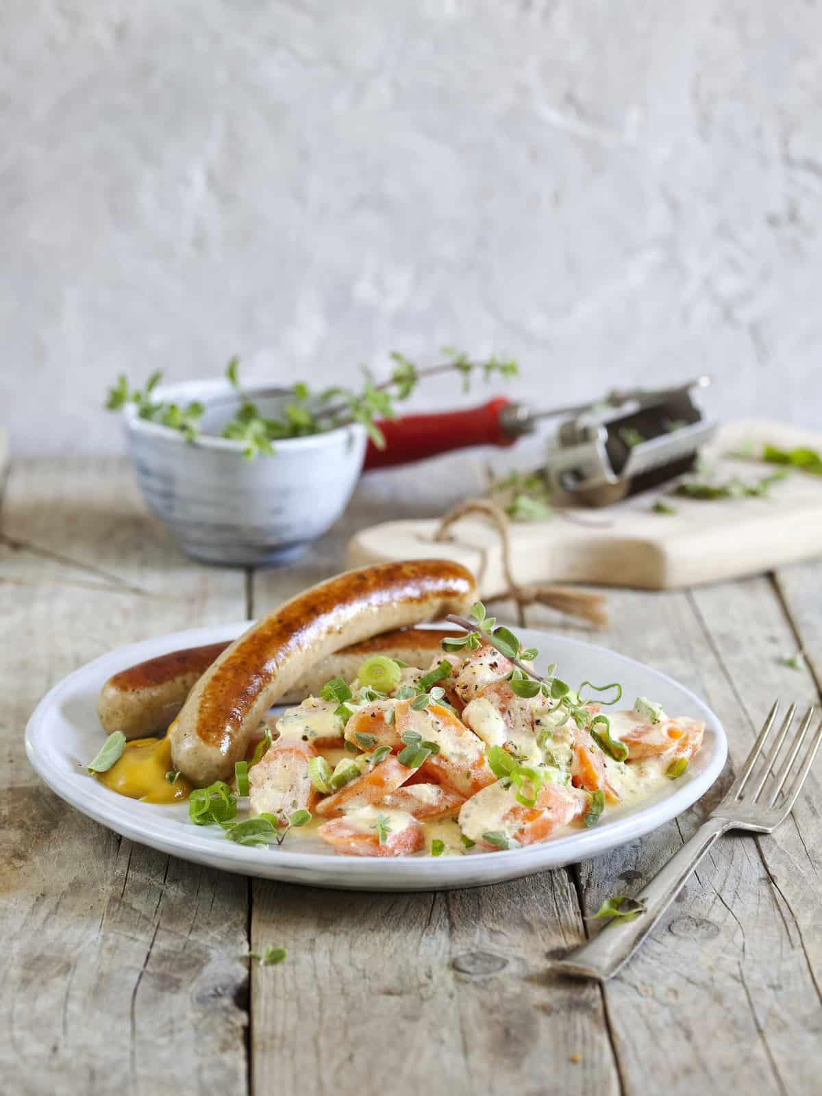Bratwurst mit Rahm-Karotten – Foto: Kathrin Knoll