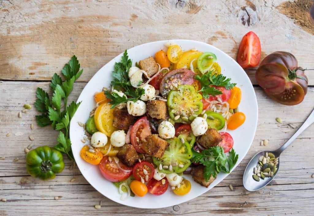 Tomatensalat mit knusprigen Brotwürfeln aus dem Thermomix® – Foto: Ira Leoni