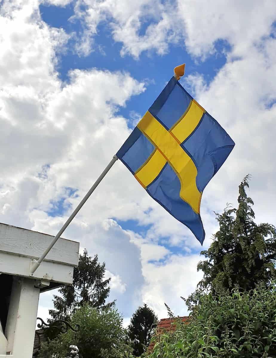 Die schwedische Flagge an Cathis Haus – Foto: Nicole Stroschein