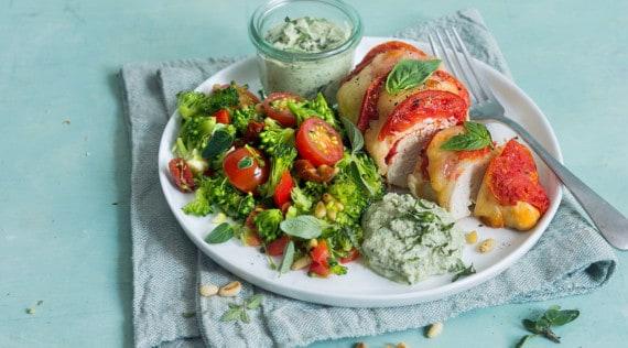 Überbackene Hähnchenbrust mit Brokkolisalat und Basilikumdip mit dem Thermomix® –Foto: Ira Leoni