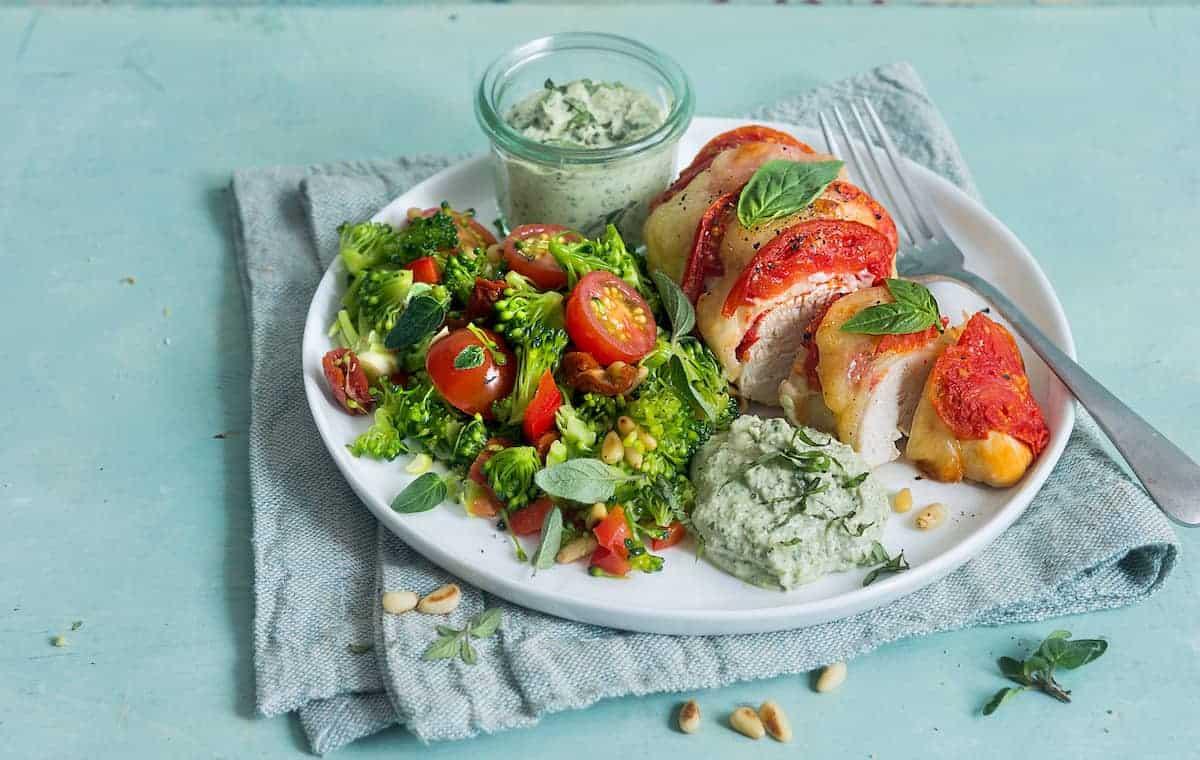 Überbackene Hähnchenbrust mit Brokkolisalat und Basilikumdip –Foto: Ira Leoni