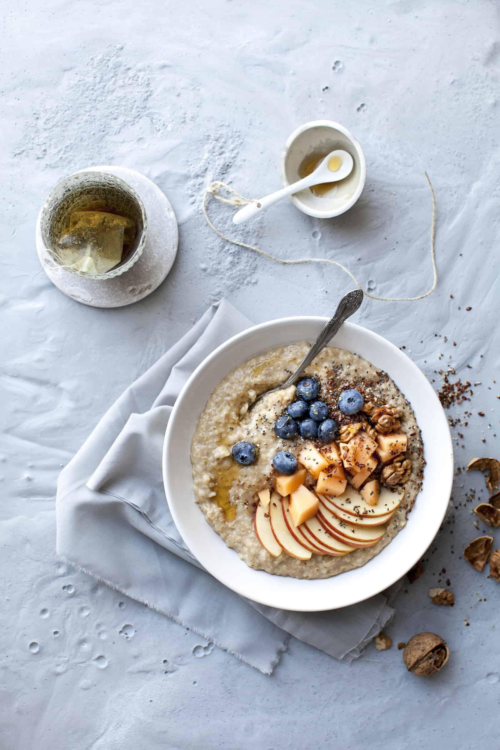 Porridge mit Apfel – Foto: Getty Images/Hannes Eichinger