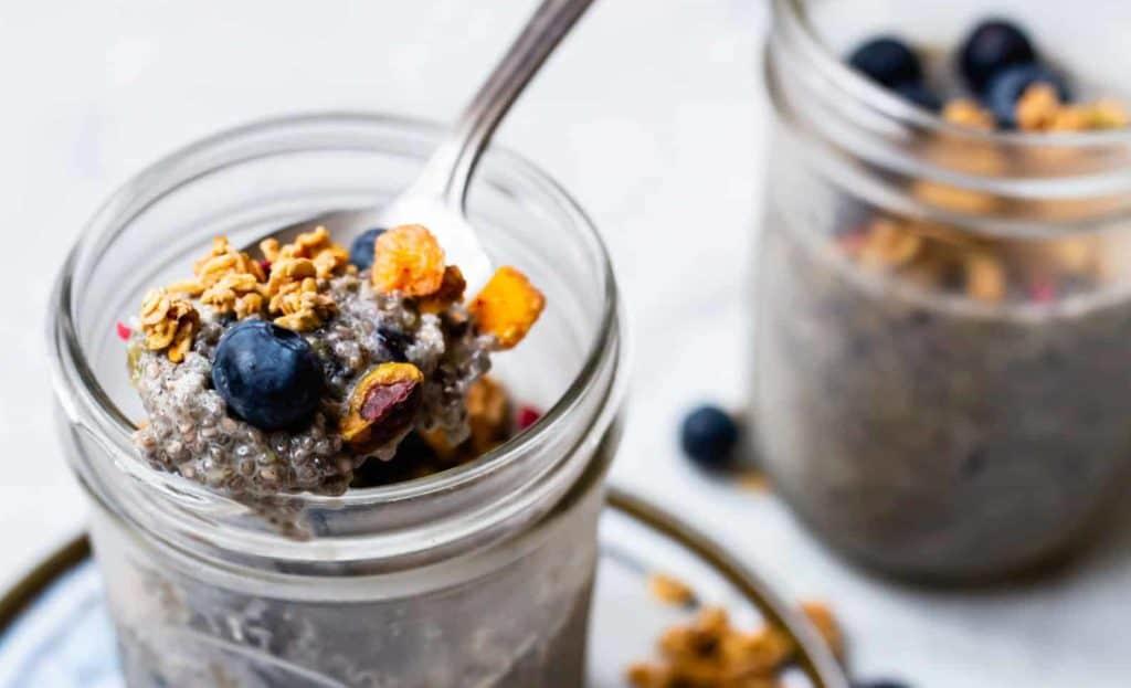 Chia-Pudding mit Blaubeeren und Crunch – Foto: Sophia Handschuh