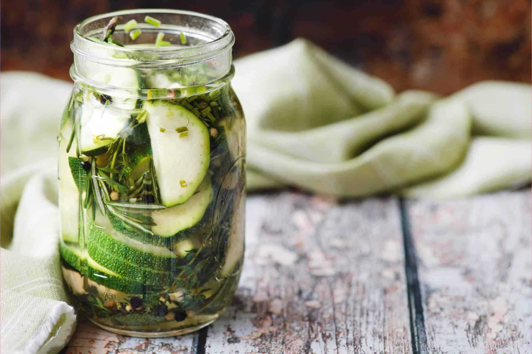 Eingelegte Zucchini in Kräutermarinade mit dem Thermomix® –Foto: shutterstock