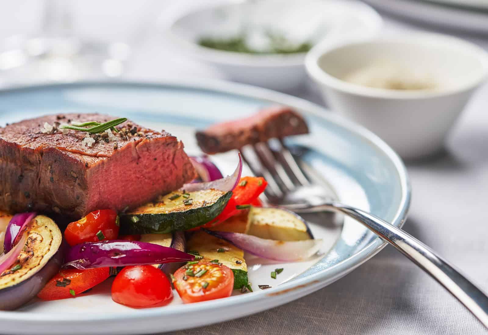 Angebratenes Rinderfilet und Gemüse aus dem Cookit – Foto: PR