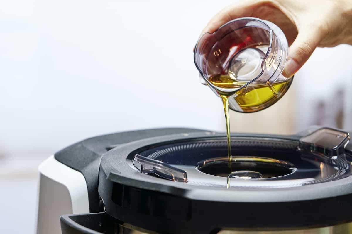 Flüssigkeit wird aus dem Messbecher in den Cookit Topf gegossen. – Foto: PR