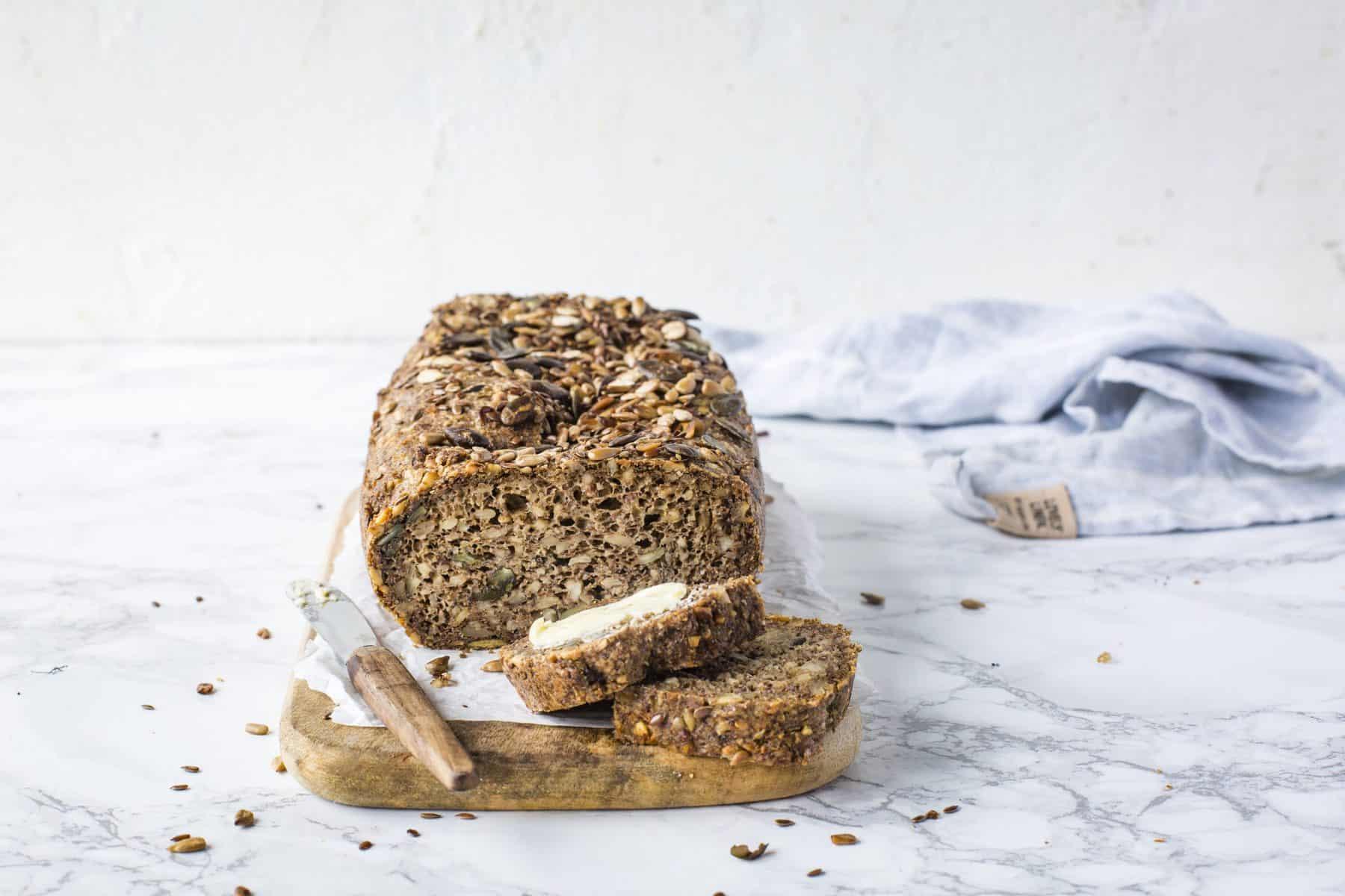 Saftiges Low-Carb-Brot mit Nüssen und Kernen