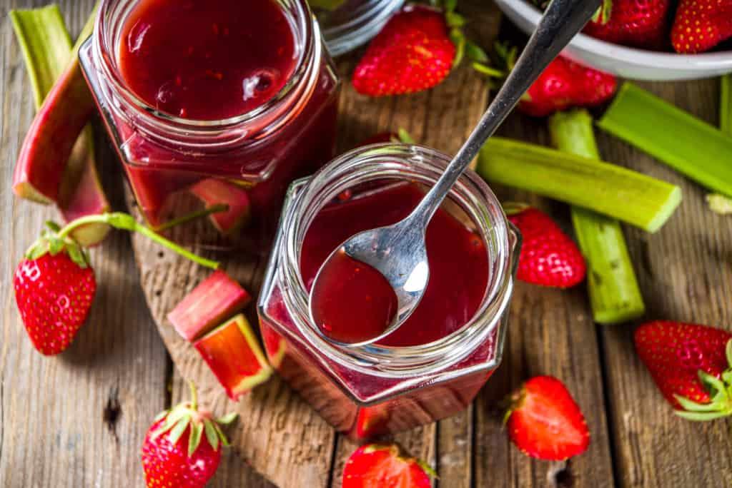 Rhabarber-Erdbeermarmelade aus dem Thermomix® - Foto: gettyimages / Rimma_Bondarenko