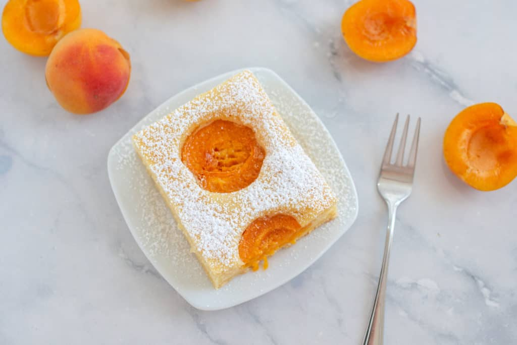 Viereckiges Stück Aprikosenkuchen vom Blech