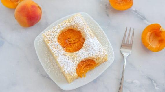 Viereckiges Stück Aprikosenkuchen vom Blech –Aprikosen-Blechkuchen mit dem Thermomix® –Foto: gettyimages / A_Lein