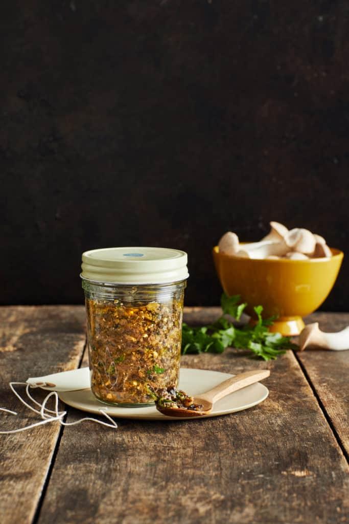 Glas mit Schraubdeckel gefüllt mit Pilz-Pesto aus dem Thermomix®