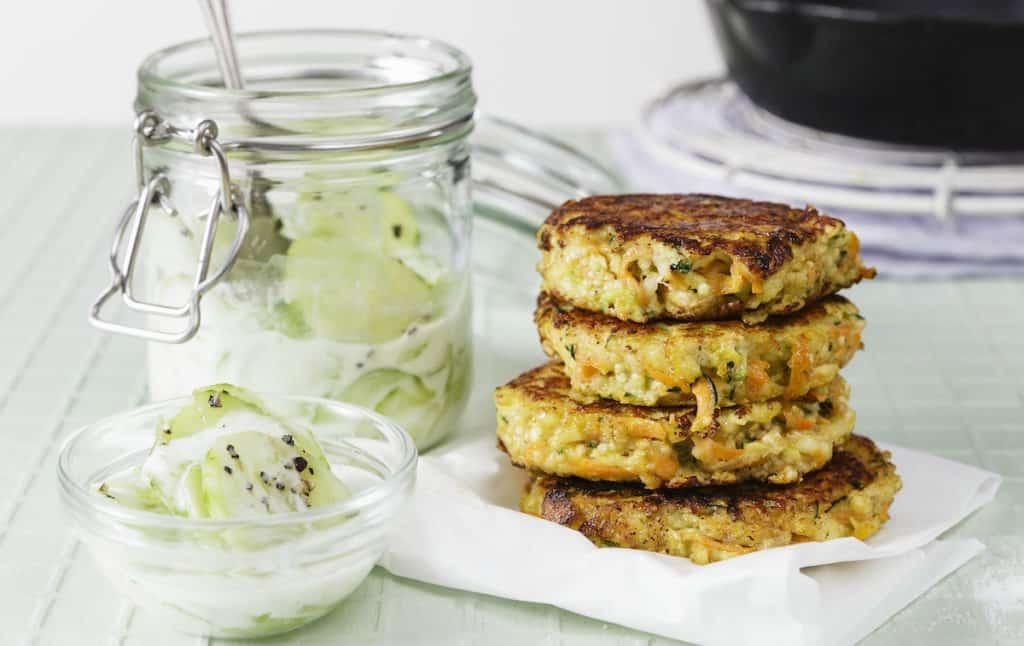 Quinoa-Halloumi-Taler mit Gurkensalat aus dem Thermomix® –Foto: © StockFood / Gräfe & Unzer Verlag / Juni